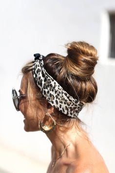 We are here to introduce you to the very versatile and absolutely gorgeous world of bun hairstyles and the many ways to wear your hair. Headband Hairstyles, Braided Hairstyles, Bandana Hairstyles For Long Hair, New Hair, Your Hair, Hair In A Bun, Head Scarf Styles, Scarf Head, Cute Buns