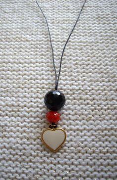Μακρύ κρεμαστό με χάντρες και μεταλλική καρδιά Long pendant with crystal beads and a heart charm Τιμή: 8 € Κωδικός: 22015/1