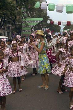 Elsa Martinelli, atriz italiana e esposa de Rizzo, carnaval no Rio de Janeiro, 1964. (Willy Rizzo/Paris Match/Getty Images)POLITICANDO: O carnaval do Rio de 1964 no olhar do fotógrafo Willy Rizzo