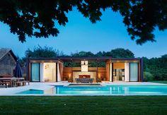 Le propriétaire a embauché ICRAVE pour transformer une maison avec piscine et un bel espace extérieur en un endroit parfait pour les réceptions estivales. Le résultat est une structure de bois et d'acier avec deux espaces séparés, oasis de luxe intérieure et extérieure. Un des volumes aux bardeaux clos abrite une chambre à coucher et l'autre, un spa, les deux sont reliés par un salon avec une cheminée couverte.