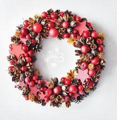 Wianek świąteczny w czerwieniach. Na wiklinowej malowanej bazie - czerwone bombki, gwiazdki, jabłuszka oraz najróżniejsze susze. Średnica ok 30cm. Wianek wielosezonowy.
