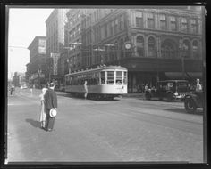 Traffic at the intersection of Broadway and Washington.  Photograph taken by Isaac Sievers for Sievers Studio in 1932. Sievers Studio Collection, Missouri History Museum.
