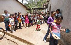 Los niños esperan con ansias la hora de la merienda escolar en Yamaranguila, pues para algunos es lo único que comen en el día. Fotos: Wendell Escoto Niños hondureños resisten hambruna con la merienda escolar