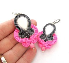 Neón rosa pendientes pendientes Soutache por GiSoutacheJewelry Unique Earrings, Earrings Handmade, Unique Jewelry, Soutache Earrings, Dangle Earrings, Shibori, Beaded Embroidery, Pink Grey, Fashion Earrings