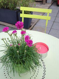 #Terrasse avec table #Floréal #Tilleul et chaise #Bistro #Verveine #Fermob www.fermob.com