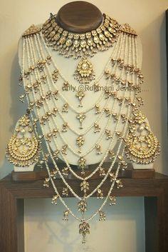 Choker with emeralds Pearl Necklace Designs, Jewelry Design Earrings, Jewlery, Gold Jewelry, Indian Bridal Jewelry Sets, Bridal Jewellery, Pakistani Jewelry, Stylish Jewelry, Fashion Jewelry