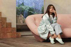 Priyanka ChoprA stuns at CROCS , Brand of the Year award - With Love BITSY Priyanka Chopra Wallpaper, Lilly Singh, Freida Pinto, Black Evening Dresses, Global Brands, Indian Celebrities, Celebrity Photos, Asian Woman, Crocs