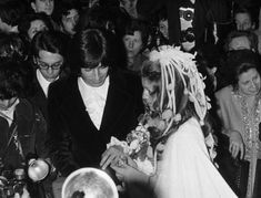 SHEILA SE MARIE AVEC RINGO WILLY CAT EN 1973On February 13, 1973, the French singer SHEILA exchanged wedding bands with RINGO WILLY CAT in a religious ceremony held in Paris. Le 13 février 1973, la chanteuse française SHEILA passe l'alliance à RINGO WILLY CAT au cours de la cérémonie religieuse à Paris.