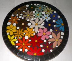 Lindo prato-giratorio, com muitas flores e cores. R$ 180,00