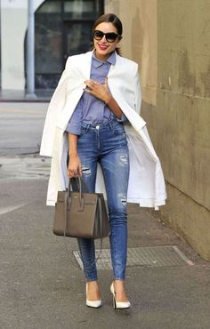 Olivia Culpo , maxi casco branco, jeans rasgado, scarpin