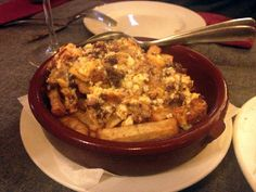 Huevos revueltos con butifarra y patatas fritas, en el Restaurante Blavis (Barcelona)