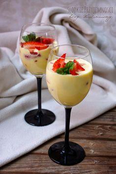 Krem z koglu-moglu z truskawkami z bloga Słodkie Przyjemności