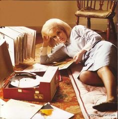Dusty Springfield enjoying vinyl's on a record player Minor Threat, Stoner Rock, Jazz, Vinyl Music, My Music, Music Pics, Vinyl Art, Bob Dylan, Lps