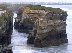 Playa de las Catedrales, Lugo-Spain... Wow Wonderful Places, Beautiful Places, Places In Spain, Rock Formations, Tropical Plants, Amazing Nature, Bouldering, Geology, Shrubs