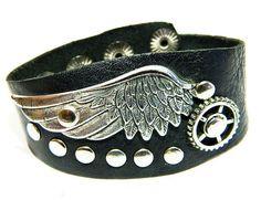 Кожаный браслет с крылом (черный)