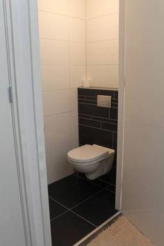 Mooie vloer van Beboparket voor in toilet/badkamer vanwege de mooie moderne donkere kleur en het witte toilet!