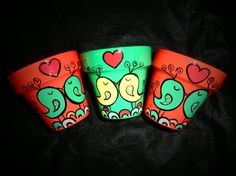 Macetas Pintadas. BESO PAJARIL | Feria Central Clay Flower Pots, Terracotta Flower Pots, Flower Pot Crafts, Painted Flower Pots, Clay Pot Crafts, Painted Pots, Clay Pots, Hand Painted, Clay Pot People