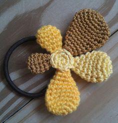 her er et bud på en blomst, der er organisk og asymetrisk i udtrykket. Crochet Accessories, Hair Accessories, Asatru, Pacifier Holder, Flower Crafts, Crochet Clothes, Diy Hairstyles, Crochet Flowers, Hair Clips