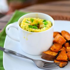 Omelette in a Mug. A savory fluffy omelette stuffed with vegetables cheese and chicken. Delicious easy healthy and only 268 calories. Mug Recipes, Brunch Recipes, Breakfast Recipes, Cooking Recipes, Healthy Recipes, Delicious Recipes, Recipies, Breakfast Items, Healthy Food