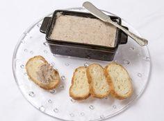豚肉のリエット - 冨山 家永シェフのレシピ。フランスのお惣菜の一つで、トーストに塗っていただく、パテに似た肉料理をいいます。保存食なので、冷蔵庫で一ヶ月程もちます。 白ワインとブイヨンで材料を煮る時は、蓋をして弱火で火を入れるところがポイント。水分がとぶと焦げやすいので、少ない場合は水を足しながら調理します。