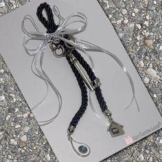 Χειροποίητο γούρι 2018 κατασκευασμένο στο κατάστημα Lucas. Είναι δεμένο σε ένα εντυπωσιακό κορδόνι και στις άκρες του κρέμονται ένα μάτι και ένα σπιτάκι. Αποτελεί ένα εξαιρετικό δώρο για κάθε καινούριο σπίτι! Greek handmade good luck charm 2018 with a metal key. Good Luck, Favors, Charms, Detail, Handmade, Gifts, Presents, Hand Made, Presents