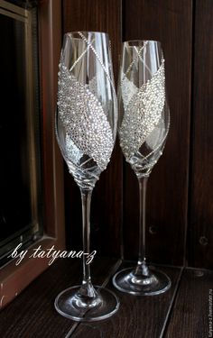 41 ideas party wine glasses champagne flutes for 2019 Diy Wine Glasses, Glitter Glasses, Decorated Wine Glasses, Painted Wine Glasses, Wine Glass Crafts, Wine Bottle Crafts, Wedding Wine Glasses, Champagne Glasses, Wedding Champagne Flutes