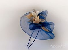 tocado de crin con flores artesanales Fascinator Diy, Fascinators, African Hats, French Hat, Fabric Embellishment, Steampunk Hat, Millinery Hats, Fancy Hats, Wedding Hats