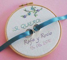 Bastidor bordado con nombres y fecha de la boda para llevar los anillos.