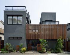 CASE 357 | 中庭のある2世帯住宅 両世帯が中庭を挟んで暮らす2世帯住宅です。中庭は、程良い距離感を保ちつつ、両世帯の繋がりを確保。バルコニーで繋がることで、一体の庭として楽しむことが出来ます。周囲に対して閉じつつも、開放的で上質な空間構成が、住む人にゆとりを与えてくれる設計となっています。 設計監理:フリーダムアーキテクツデザイン 施工場所:神奈川県横浜市 Japan Modern House, Modern House Design, Narrow House, Grey Houses, House Paint Exterior, House Landscape, House Elevation, Japanese House, Modern Exterior