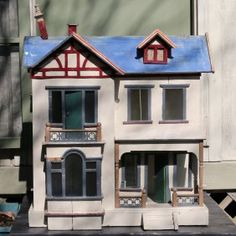 VICTORIAN-STYLE DOLL HOUSE : Lot 573, I like the simple style and soft colors. .....Rick Maccione-Dollhouse Builder www.dollhousemansions.com
