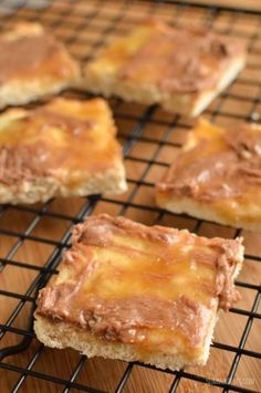 Slimming Eats Low Syn Millionaires Shortbread - vegetarian, Slimming World and Weight Watchers friendly Slimming World Deserts, Slimming World Puddings, Slimming World Recipes Syn Free, Slimming World Biscuits, Low Syn Cakes, Low Syn Treats, Yummy Healthy Snacks, Healthy Food, Healthy Meals