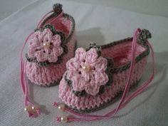 Pantufinha confeccionada em croche, com linha 100% algodão As cores podem variar de acordo com a vontade do cliente ttamanhos variados até 01 ano R$ 23,00