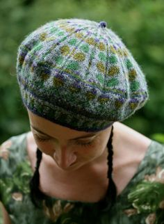 neep heid pattern by Kate Davies Designs : neep heid (pronounced neeeep heeeed) is a traditional colourwork tam, worked in my favourite Shetland yarn. Tejido Fair Isle, Punto Fair Isle, Knitting Designs, Knitting Projects, Knitting Patterns, Fair Isle Knitting, Hand Knitting, Tam O' Shanter, Knit Crochet