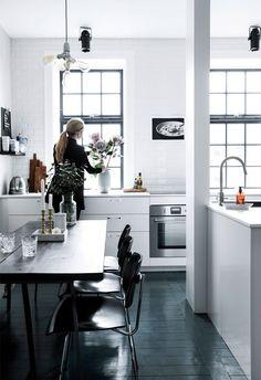 Een zwart wit appartement: inspirerend maar is het niet te kil? Kijk snel mee in dit prachtige interieur en bedenk voor jezelf of jij hier zou willen wonen.