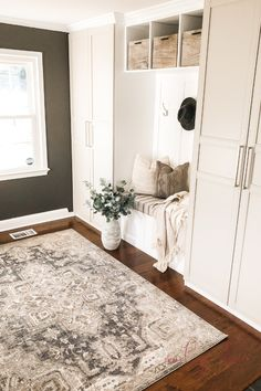 We love this awesome IKEA hack for making DIY mudroom built ins. This DIY mudroom was so budget-friendly and didn't require too much custom building. Mudroom Cabinets, Ikea Cabinets, Bench Mudroom, Ikea Furniture, Furniture Makeover, Ikea Mud Room, Flur Design, Ikea Pax Wardrobe, Decoration Entree