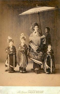 Portrait of Oiran - Narui Raisuke Studio 1885 Japanese Folklore, Japanese Geisha, Vintage Japanese, Japanese History, Japanese Culture, Old Pictures, Old Photos, Vintage Photographs, Vintage Photos