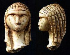 """La Dama de Brassempouy- La """"Dama de Brassempouy"""" conocida tambien por el nombre de la """"Dama a la capucha"""", fue tallada en marfil de mamut, data del """"Paleotilico Superior"""", (entre 29.000 u 22.000 años a.j.c) mide 3,65 cm de altura, 2,2 cm de anchura, y 1,9 cm de grosor, se encuentra en el Museo de Antiguedades Nacionales de Saint-Germain-en-Lay"""