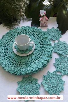 The crochet Sousplat is a piece that serves to complement the decoration of the dining table with sophistication, beauty and elegance. Crochet Home, Easy Crochet, Free Crochet, Knit Crochet, Crochet Table Mat, Crochet Placemats, Crochet Stitches, Crochet Patterns, Big Box Braids