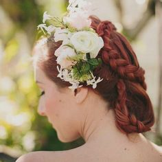 Friday hair inspo from one of our past shoots. Flowers and styling by @greenbloomevents , photography by @shutterandlace , hair and mu by @fabulouseverythinghair_makeup #weddinghair #weddingstyling #styledbygreenandbloom #greenandbloomstyling #braid #redhead