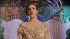 Para Sempre Cinderela. A maltratada órfã Danielle encontra o príncipe Henry, que está fugindo de um casamento arranjado, e os dois se inspiram a resolver os problemas de suas vidas.