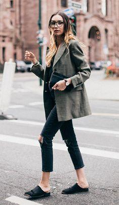 Street style look com blazer e calça jeans.