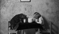 Super schattige foto's van een jong meisje en haar kat