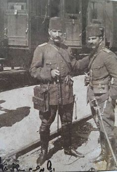 Mülazım-i Sani İzzettin Bey, Yüzbaşı Mustafa Kemal ile Selanik Tren Garı'nda, 1911..