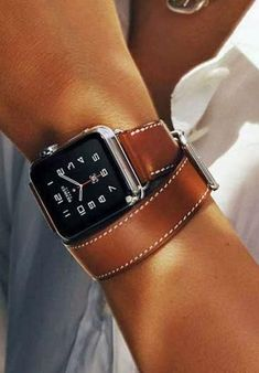 Jony Ive explains Apple Watch Hermès production challenges - Watch - Ideas of Watch - Making a smartwatch fashionable isn't as easy as it looks. Here's how Apple's Hermes Apple Watch collaboration came to be Hermes Apple Watch, Hermes Watch, Apple Watch Leather, Apple Smartwatch, Modelos Iphone, Smart Watch Apple, Apple Watch Accessories, Women Accessories, Gift Ideas