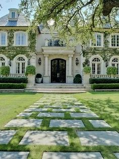 Climbing ivy on house exterior is lovely. #homedesign