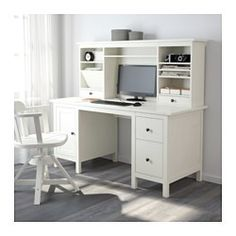 IKEA - HEMNES, Scrivania ed elemento supplementare, mordente bianco, , Il legno massiccio è un materiale naturale resistente.Puoi montare i cassetti a destra o a sinistra, in base alle tue esigenze.Si può collocare anche al centro della stanza, poiché il pannello di fondo è rifinito.Il cassetto inferiore ha una struttura per schedario regolabile, per adattarsi a documenti di formato A4, letter o legal.Puoi inclinare i ripiani per riporre carte e documenti.Il piccolo scomparto nel cassetto…