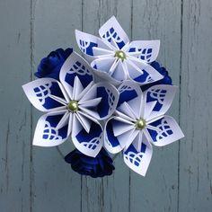 Cette bouquet a des beaux couleurs de bleu et blanc. Je lai créé avec un technique de découpage exclusif qui donne limpression du vitrail. À