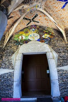 Detalhes da porta da Cripta Gaudí.