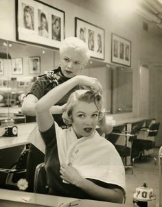 Marilyn Monroe in the hairdresser's chair. #vintage #actresses #hair #beauty_parlor