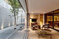 großes familienhaus innenhof glaswände relaxzone
